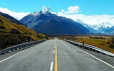 Rak väg mot bergsmassiv