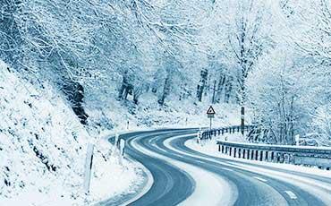 Slingrig snöig väg